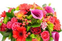 在一个原始的帽子箱子的花构成 花店的概念 混合花五颜六色的花束在cachepot的 与fl的明信片 免版税库存图片