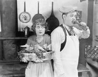 在一个厨房里一起结合身分用一只煮熟的火鸡(所有人被描述不更长生存,并且庄园不存在 补助 免版税库存照片