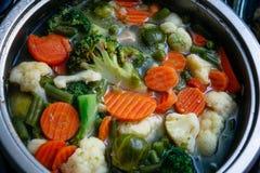 在一个发光的平底锅的蔬菜汤 免版税库存图片