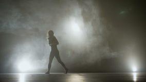 在一个发烟性阶段的美好的肉欲的女性跳舞,当试演为有名望的学校现代舞-时 股票录像