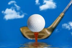 在一个发球区域的高尔夫球在水 免版税库存图片