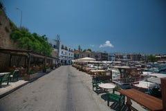在一个口岸的小船在有城堡的在背景中,塞浦路斯凯里尼亚Girne 免版税库存照片