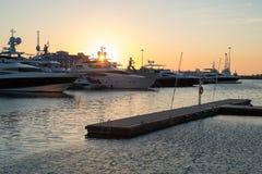 在一个口岸的游艇在日落 免版税库存照片