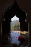 在一个古庙的曲拱窗口 免版税库存照片