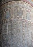 在一个古老埃及寺庙专栏的象形文字的雕刻 免版税图库摄影