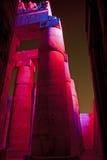 在一个古老埃及寺庙的列在晚上 免版税图库摄影