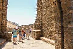 在一个古老堡垒的墙壁的之间人们 图库摄影
