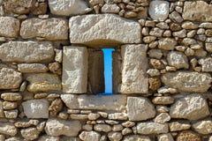 在一个古老堡垒的墙壁的漏洞 图库摄影