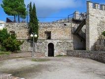 在一个古老大厦前面的正方形与石墙在塞韦拉,莱里达省加泰罗尼亚,西班牙 美丽历史农村 免版税库存照片