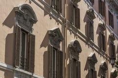 在一个古老大厦的窗口的附近建筑细节 库存图片