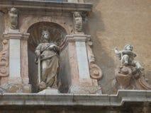 在一个古老大厦的适当位置在有一位女王/王后的雕象的西西里岛有剑的 意大利 免版税图库摄影