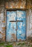 在一个古老大厦的门锁了与小生锈的挂锁 免版税库存照片