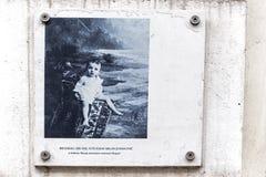 在一个古老大厦的门面的题字在贝尔格莱德 免版税库存图片