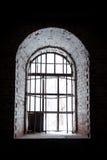 在一个古老石大厦设置的老窗口 免版税库存图片