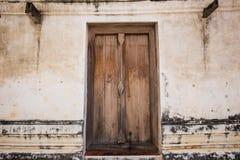 在一个古色古香的圣所的木门框 Wat Putthaisawan 库存照片