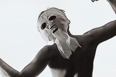 在一个可怕的面具打扮的跳舞人 免版税图库摄影