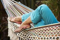 在一个吊床的放松在自然 免版税库存图片