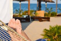 在一个吊床的松弛时间在海滩 免版税库存照片