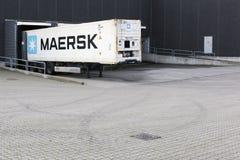 在一个后勤仓库的马士基卡车 库存图片