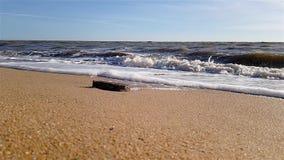 在一个含沙海海滩的波浪,在沿海的慢动作波浪 影视素材