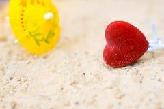 在一个含沙晴朗的海滩幸福概念的心脏 图库摄影