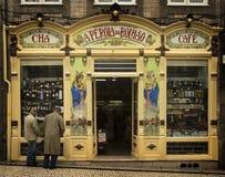 在一个咖啡馆前面的人在波尔图,葡萄牙 库存图片