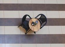 在一个咖啡馆的一张桌在购物中心 免版税库存照片
