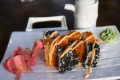 在一个咖啡馆的寿司卷在海岸 库存图片