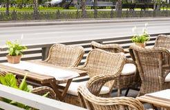 在一个咖啡馆的盖的椅子在欧洲风格 免版税库存图片