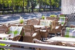 在一个咖啡馆的盖的椅子在欧洲风格 库存图片