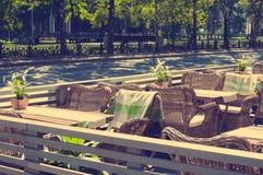 在一个咖啡馆的盖的椅子在欧洲风格 库存照片