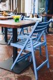 在一个咖啡馆的空的桌在街道上 美丽的蓝色土气椅子 图库摄影