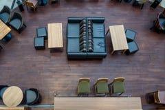 在一个咖啡馆的空的桌在购物换中心 库存照片