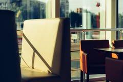 在一个咖啡馆的空的椅子与一个全景窗口 免版税库存图片