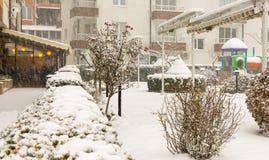在一个咖啡馆附近的积雪的公园在波摩莱,保加利亚, 12月31日 库存图片