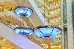 在一个商业大厦的垂悬的照明设备 免版税库存图片