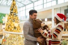在一个商城的美好的夫妇与女用连杉衬裤b的圣诞节的 库存照片