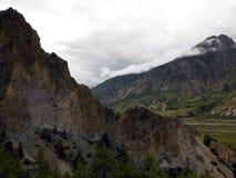 在一个喜马拉雅谷的腐蚀的山脉 免版税库存照片
