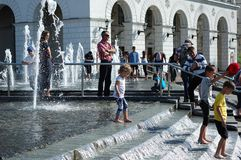 在一个喷泉的儿童游戏在基辅的中心在夏天 库存图片