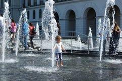 在一个喷泉的儿童游戏在基辅的中心在夏天 免版税库存照片