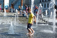 在一个喷泉的儿童游戏在基辅的中心在夏天 免版税图库摄影