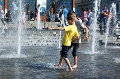 在一个喷泉的儿童游戏在基辅的中心在夏天 库存照片
