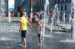 在一个喷泉的儿童游戏在基辅的中心在夏天 图库摄影