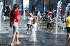在一个喷泉的儿童游戏在基辅的中心在夏天 免版税库存图片