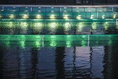 在一个喷泉的绿灯在作为抽象背景的晚上 库存照片