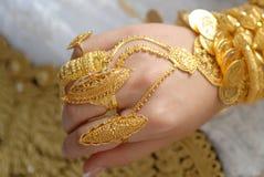在一个回教新娘的手上的金首饰 免版税库存照片