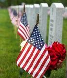 在一个国家公墓的旗子 免版税库存照片