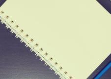 在一个圆环包扎工具笔记本的空白页在葡萄酒口气 库存图片