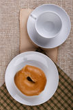 在一个圆的小圆面包-百吉卷涂黄油 免版税图库摄影