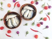 在一个圆的条板箱的短的鲭鱼由竹子制成,使用对transpor 免版税库存图片